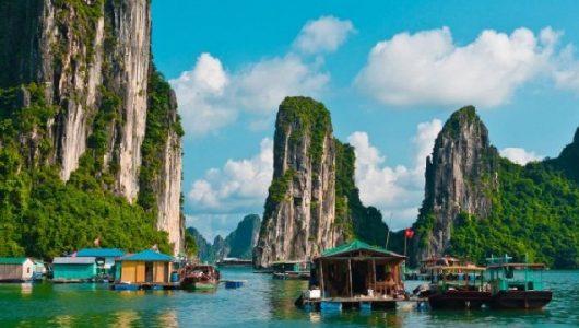 Baie d'Halong parmi des patrimoines mondiales